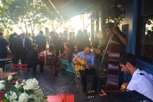 mariage-darya-gregoire-terrasse-restaurant-moncoeur-belleville-paris-concert-live-jazz-terrasse-happy