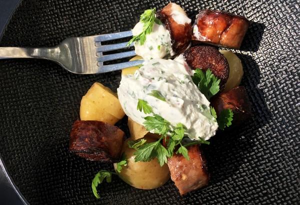 dejeuner-midi-terrasse-soleil-saucisse-restaurant-moncoeur-belleville