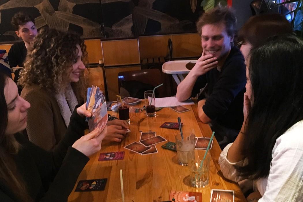 jouer-cartes-jeux-restaurant-moncoeur-belleville