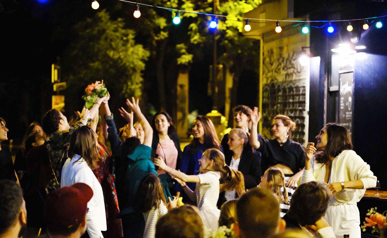 mariage-terrasse-paris-restaurant-moncoeur-belleville-perrine-xavier-fleurs